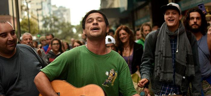 Una guitarreada popular para defender a los artistas callejeros