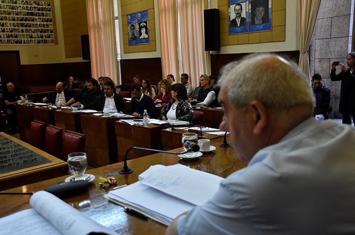 Entre gritos, cruces y sin certezas, el Concejo aumentó las tasas