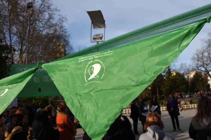 La echaron de un boliche por llevar el pañuelo verde