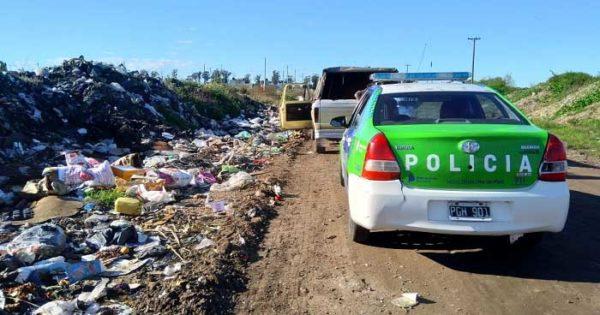 Multaron a dos personas por arrojar basura en la vía pública