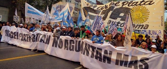 Una multitud marchó bajo la lluvia contra los despidos y los tarifazos