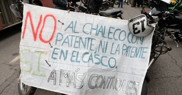 """Protesta motoquera contra las políticas que los """"patentan"""""""