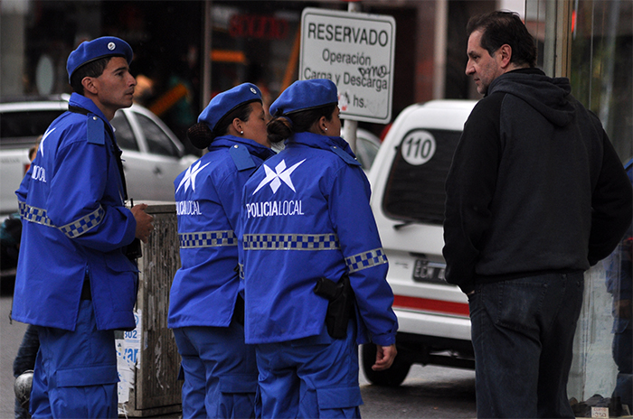 Policía local: sin conducción civil y cambio de uniformes