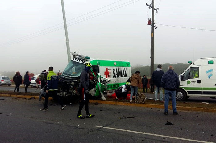Una ambulancia chocó contra una columna en la Ruta 11