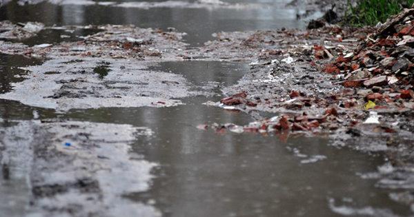 Las Américas: se rompió un caño y una cuadra quedó bajo el agua