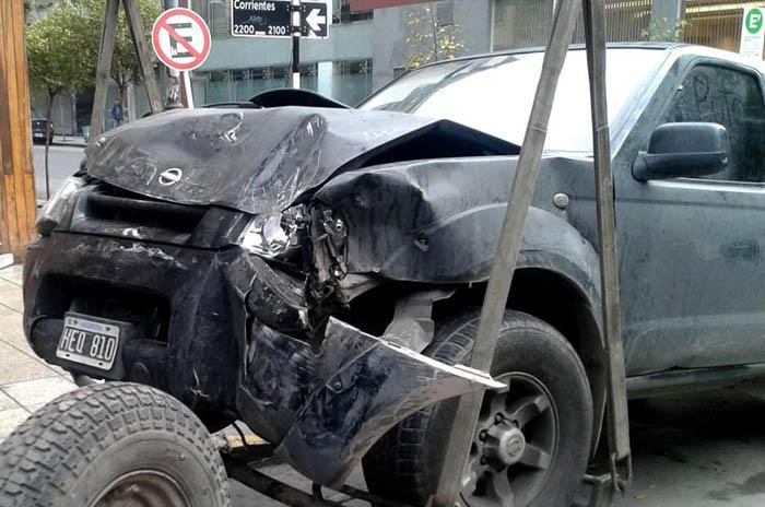 Manejaba alcoholizado una camioneta y chocó con un colectivo