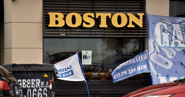 Los trabajadores de la Boston, entre la resistencia y 60 despidos