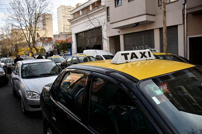 Taxistas y remiseros se movilizaron contra el precio del GNC