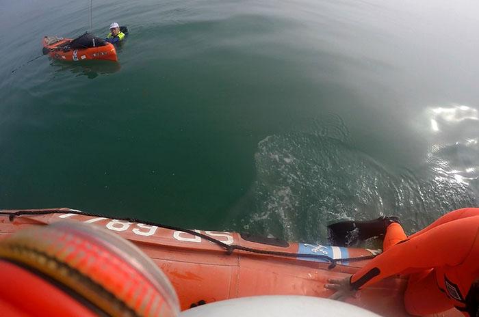 Rescatan a dos kayakistas que no podían volver a la costa