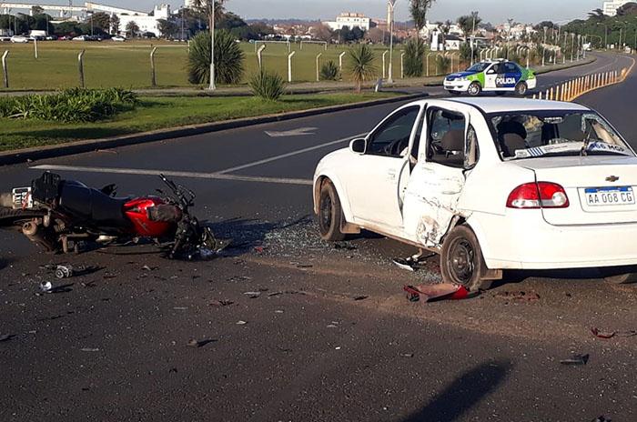 Violento choque entre un remis y una moto