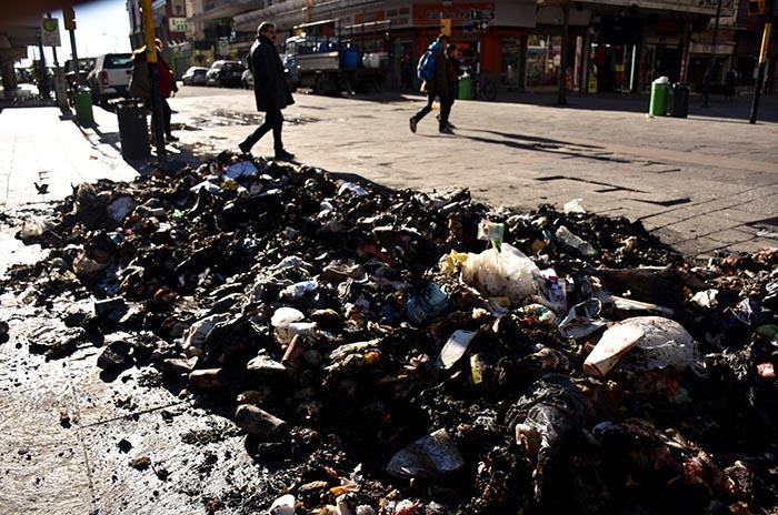 Montañas de bolsas y basura quemada, la postal de la ciudad
