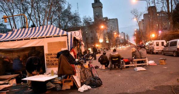 """Carpa """"contra el hambre"""": sigue la protesta y suman reclamos"""