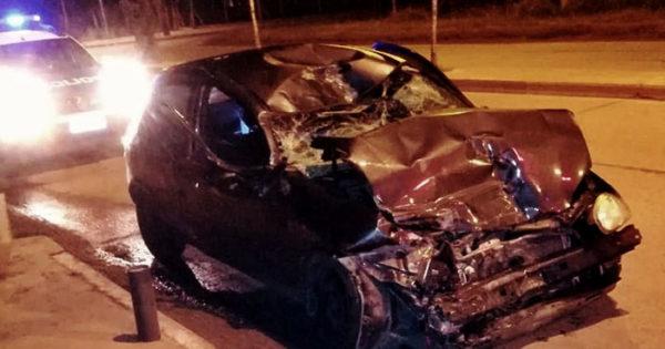 Violento choque de un auto contra un camión estacionado: 2 heridos
