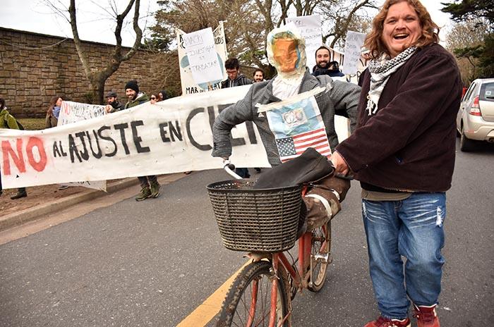 Científicos y organizaciones sociales protestaron contra Macri