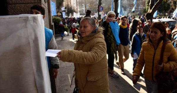 """Le llevaron a Arroyo """"10 mil cartas contra el hambre y la exclusión"""""""