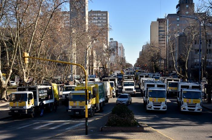 Basura: Camioneros trasladó el reclamo a la puerta del Municipio