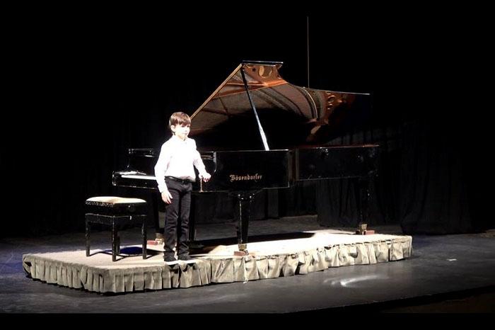 Tiene 9 años y dio su primer concierto de piano en el Teatro Colón
