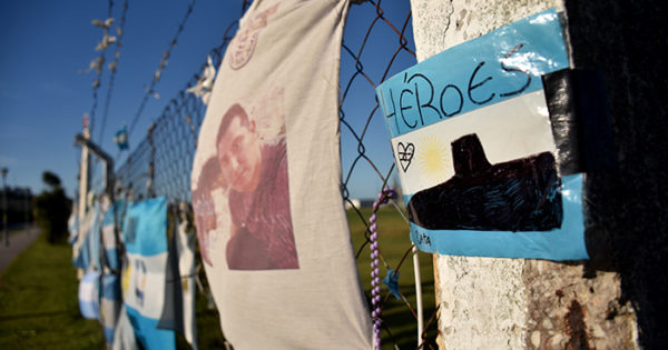 ARA San Juan: malestar de familiares por el retiro de banderas en la Base Naval