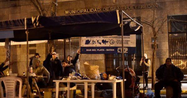 Otro acampe, otra noche de protesta frente a la Municipalidad