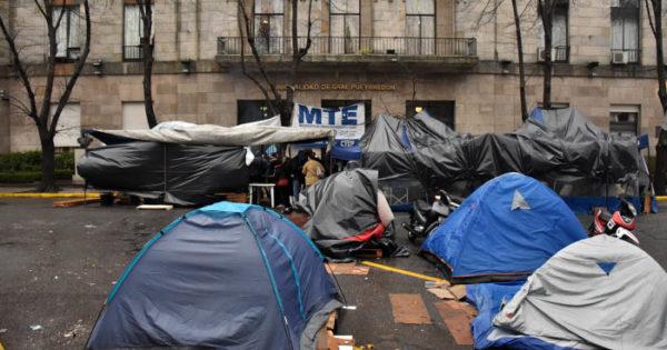 """Acampe bajo la lluvia: """"Realizamos obra pública pero no nos pagan"""""""