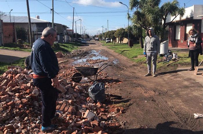 El Progreso: vecinos arreglan calles ante la falta de respuestas