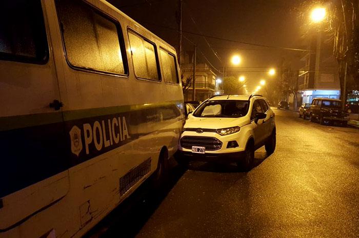 Manejaba borracho y chocó contra un micro policial