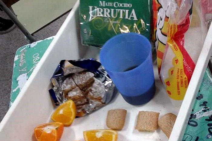 Un cuarto de alfajor, media vainilla y un gajo de naranja por alumno