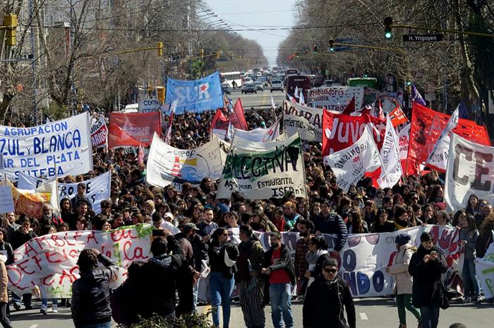 De la toma a la calle: estudiantes, en defensa de la educación pública