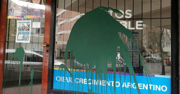 Pintadas verdes en el local del senador provincial Lucas Fiorini