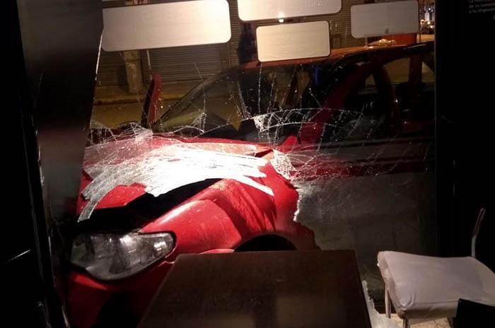 Un auto se incrustó en un local del centro: un herido