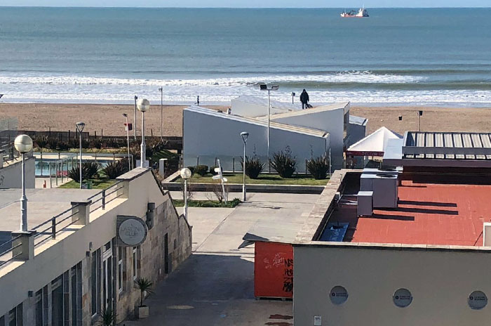 Polémica por una construcción en la arena de Playa Grande