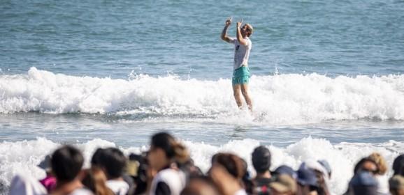 Tras salir campeón mundial de surf, Muñiz se presenta en Portugal