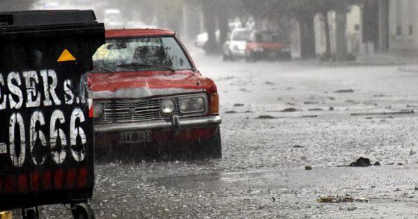 Por la intensa lluvia, calles anegadas y barrios inundados