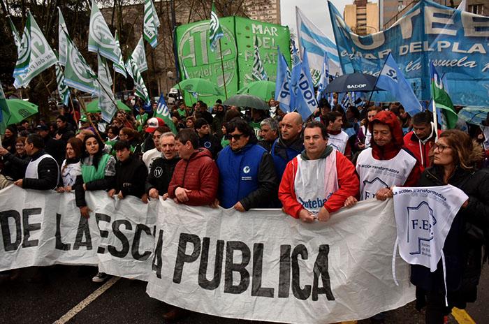 """Obreros y estudiantes, bajo la lluvia """"como en el Cordobazo"""""""