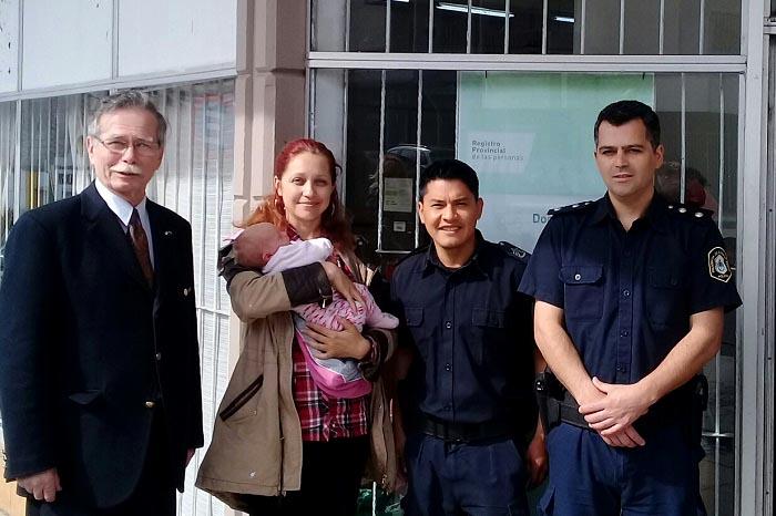 Policías ayudaron a mujer rusa a inscribir a su beba tras asistirla en el parto