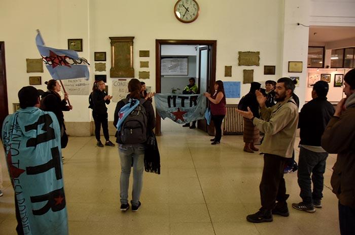 """Ocupan el hall del Municipio: """"Están vaciando lo público"""""""