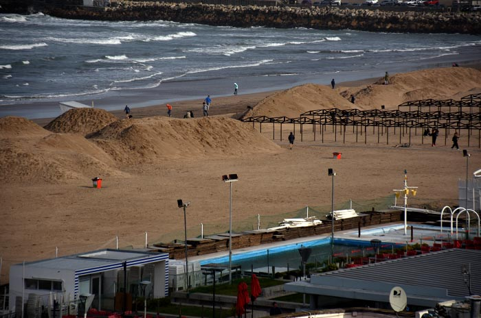 Playa Grande: el Emtur respaldó el movimiento de arena
