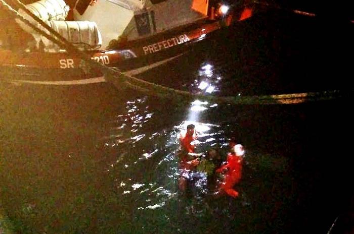 Rescataron al tripulante de un pesquero que cayó al agua