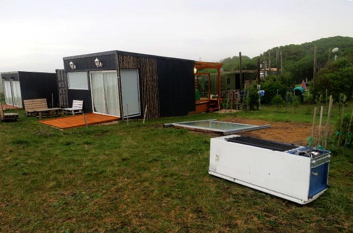 Rancho Móvil: desarman una cabaña, construyen otras dos