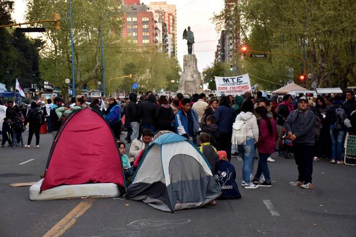 Acampe frente al Municipio por la emergencia social en Mar del Plata