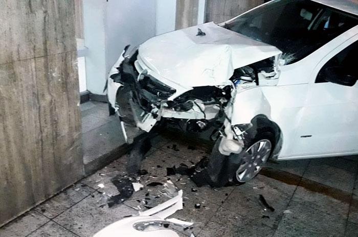 Perdió el control de su auto y chocó contra un edificio