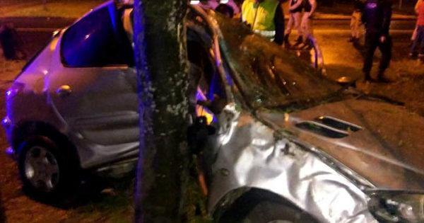Un auto perdió el control y chocó contra un árbol: un muerto