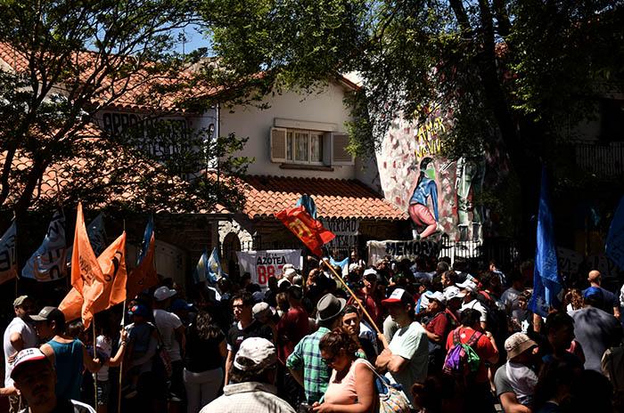 Casa de la Memoria: un abrazo en rechazo al intento de desalojo