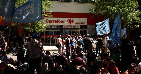 Organizaciones sociales pidieron alimentos en supermercados