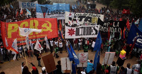 Multitudinaria marcha contra el G20 en el centro de Mar del Plata
