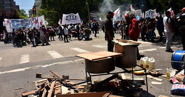 Jornada de múltiples protestas y ollas populares