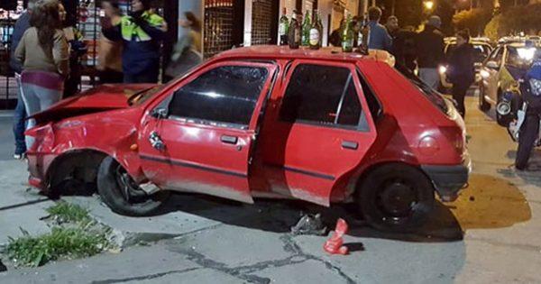Manejaba alcoholizado y chocó contra un árbol y otro auto