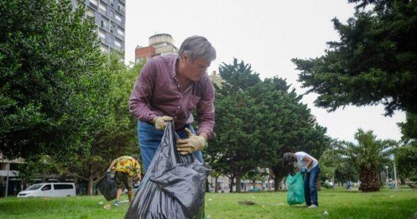 Municipales: un funcionario y voluntarios limpiaron dos plazas