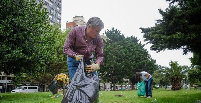 Ahora el gobierno convocó a ONG para limpiar las plazas