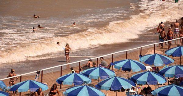 "Playas públicas: ""No falta arena sino que sobran carpas"""